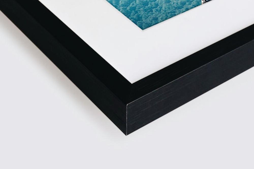 Un cadre Nielsen - La chaleur du bois, des lignes épurées, le cadre Nielsen en bois noirsaura mettre en valeur vos photos dans un style à la fois sobre et élégant.Il est composé d'unverre minéralà bords polis de 2 mm d'épaisseur, d'une baguette en pin massifest de 19 mm de largeur pour une épaisseur du cadre de 29 mm.Au dos des cadres,nous intégrons pour vous des attaches adhésives métalliques. Ainsi dès réception de votre photo, vous n'avez plus qu'à la placer au mur...