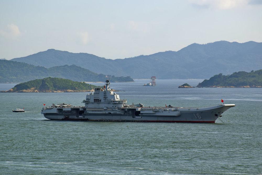 Kiinan ensimmäinen lentotukialus Liaoning tuli operatiiviseen käyttöön 2012, tässä se on lähellä Hong Kongin vesiä. (Kuva  Baycrest ) Laiva on rakennettu alun perin Neuvostoliitossa 1988.