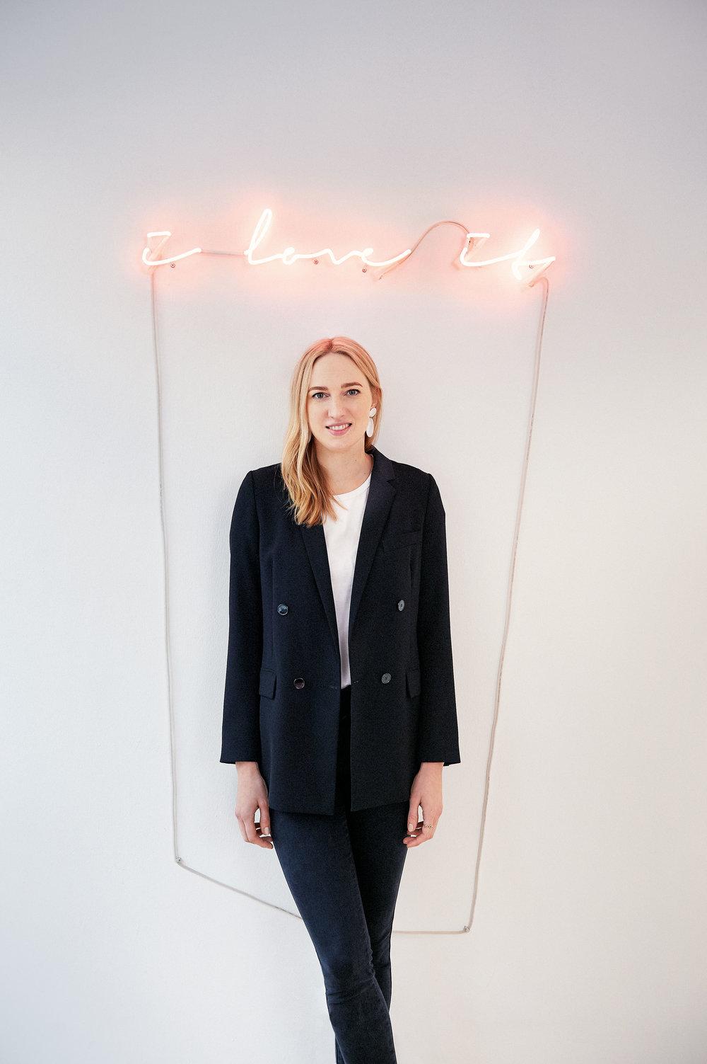 Nina Kastens - Nina Kastens ist eine Hamburger Schmuckdesignerin, deren Kollektionen auch schon von Hollywoodstars wie Emma Watson getragen wurden. Sie vereint das alte Goldschmiedehandwerk mit coolen Designs und modernen PR-Ideen.www.ninakastens.com