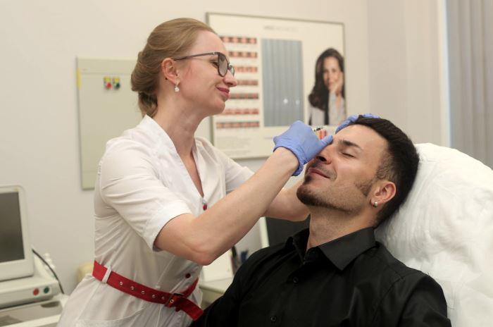 Опытный врач-косметолог проводит сеанс плазмотерапии в нашей клинике