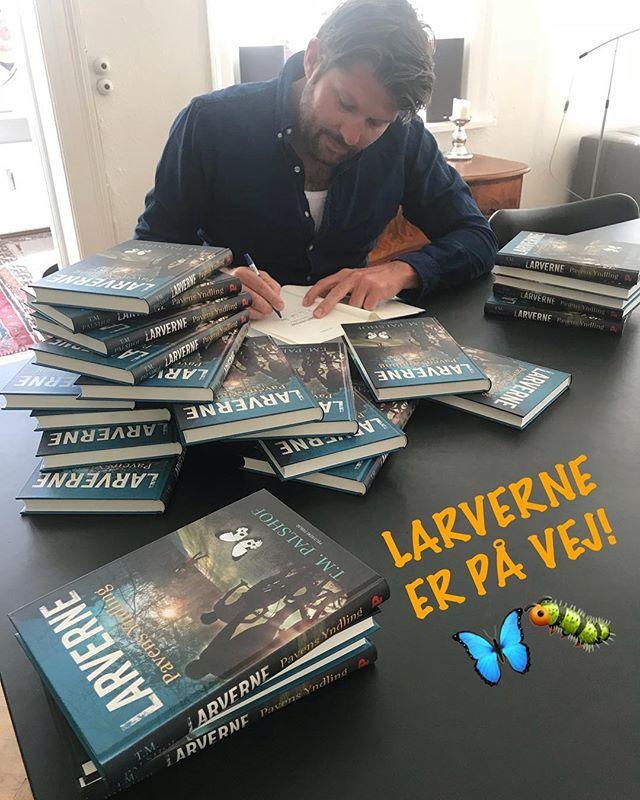 KLASSESET PÅ VEJ!  Dagen før dagen... 🤗 Imorgen udkommer LARVERNE - Pavens Yndling i butikkerne. Men en heldig skoleklasse får et sæt bøger allerede i dag, med en lille hilsen fra forfatteren. 😊 🦋🐛 Rigtig god læselyst! . . .  #politikensforlag #tmpalshof #teamlarverne #larverne #nyebøger #pavensyndling