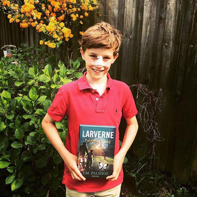 En glad (på trods af håndbolduheld) Arthur kom forbi og fik signeret sin bog! 👍🏻🦋🐛😊 . . . #teamlarverne #tmpalshof #politikensforlag #larverne #pavensyndling