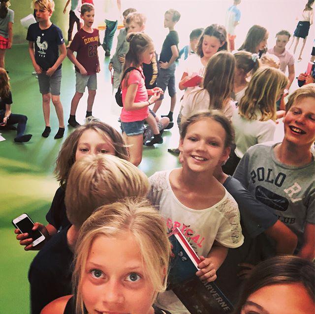 1.5 times snak med tre 4'e klasser om LARVERNE. Helt igennem sjov, lærerig og interessant oplevelse .... den længste signerings og selfie kø jeg har formået endnu ;-) Begejstrede børn der endda gav mig lektier med hjem, simpelthen skoleopgaver om bogen, som de selv havde lavet. Tak! 💪💪💪💪🙏🙏🙏🙏🐛☀️🐛🦋 . . .  #tmpalshof #sommerfugleklanen #teamlarverne #politikensforlag #larverne