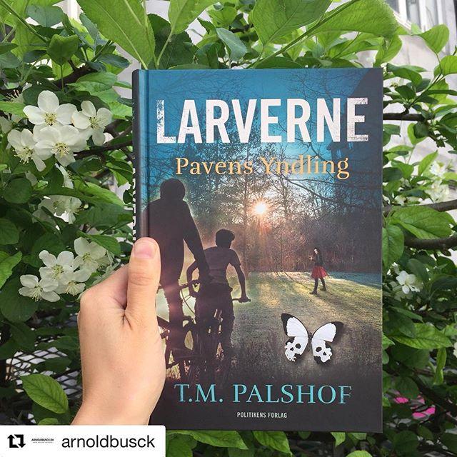 #Repost @arnoldbusck  Har du læst Troels Palshofs debutroman Sommerfugleklanen - Pavens yndling? Nu er han tilbage med sin børnebogdebut Larverne - Pavens yndling 🐛🦋. Og ja, der er faktisk en kobling mellem de to bøger, da Sommerfugleklanen er en del af handlingen i Troels Palshofs spændingsroman for børn 🤗. Bogen har allerede vakt stor begejstring blandt en masse børn og har vores varmeste anbefaling 💙. Læs mere via link i profil. #meremellemlinjerne #bedsttilbørn #larverne #teamlarverne