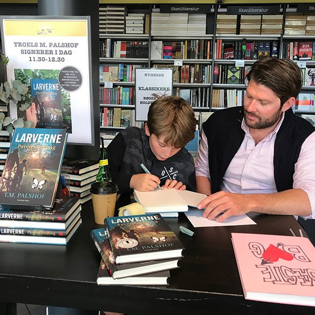 Stort tak til @arnoldbusckkobmagergade for en hyggelig lørdag med signering af LARVERNE. 🐛🦋 Et par læsere kan endda være så heldige at få fingrene i et eksemplar signeret af Linus - bogens hovedperson. 😉 #teamlarverne #politikensforlag #tmpalshof #larverne #arnoldbusck #arnoldbusckkøbmagergade