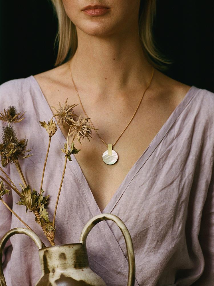 aura-necklace-pearl-model-2-750_1050x.jpg