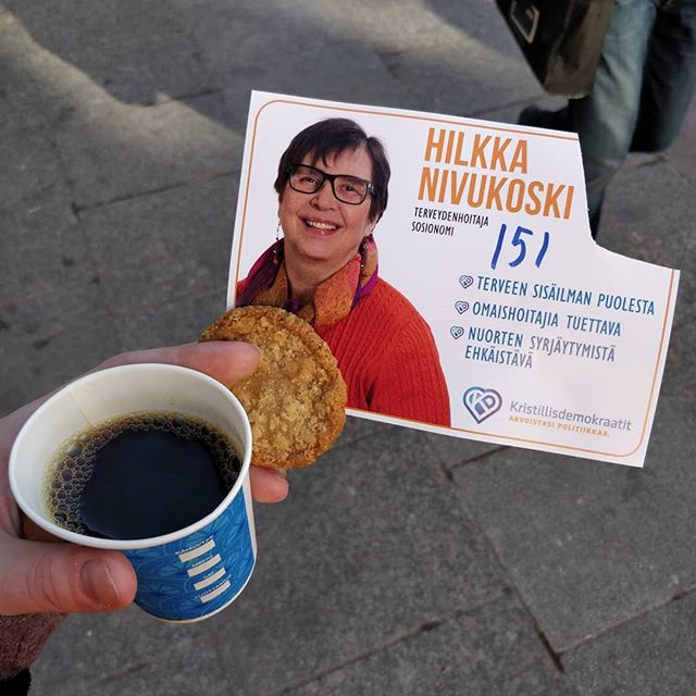 Kuvia Oulun rotuaarilta. Nuoretkin ovat tervetulleita tapaamaan ehdokkaita ja puolueiden edustajia! (Huomaathan, että kuvat eivät ole mielipiteitä tai mainontaa, emme ole puolueellisia. Tuollaisia kuvia sieltä saatiin)