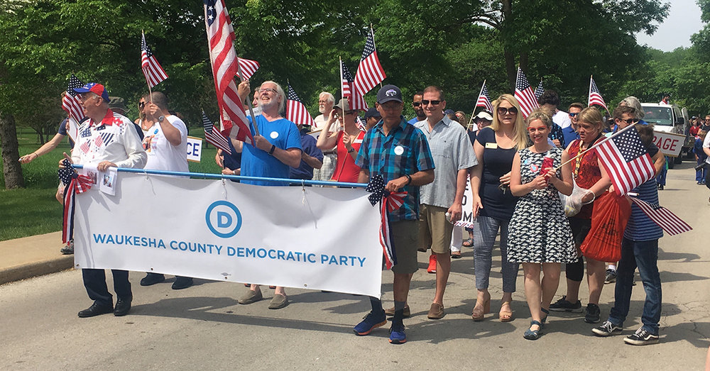 Waukesha_Parade_with_Banner.jpg