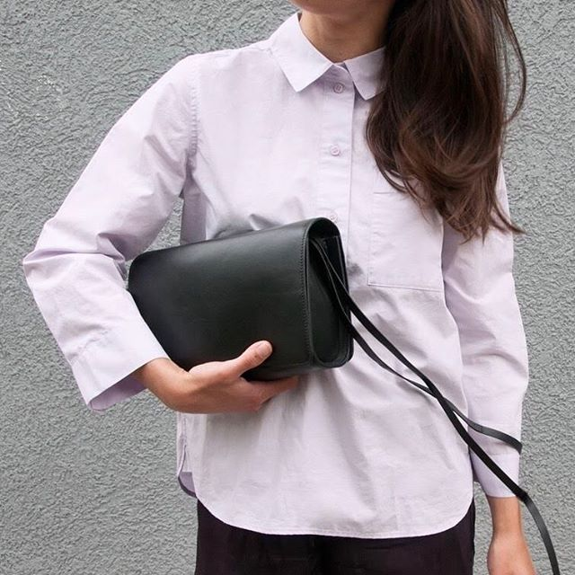 Lilamour 💜 | Lovely Alex wearing the Carré Bag in Black. - #lauramargna #design  #lilac #pastel #mood #black #shoulderbag #leatherbag #simplicity #minimal #closeup #madeinspain