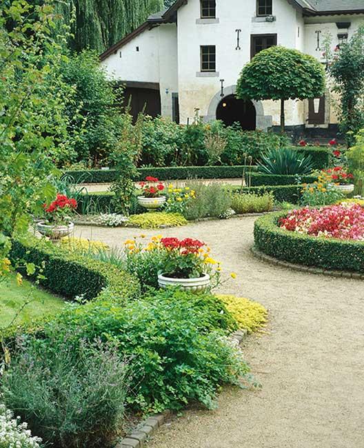 Buxus suburban estate flower garden e…ry driveweay