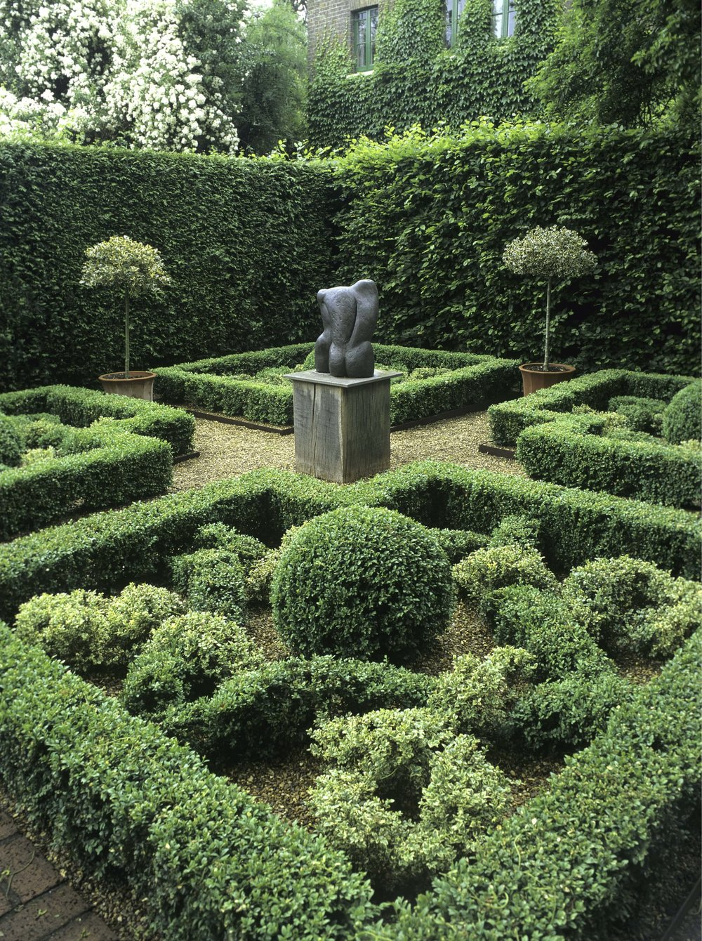 00748645+Fagus+Buxus+formal+knot+garden+sculpture-min.jpg