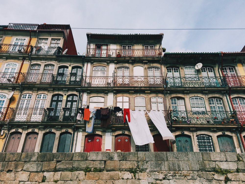 Colorful houses and hanging clothes.