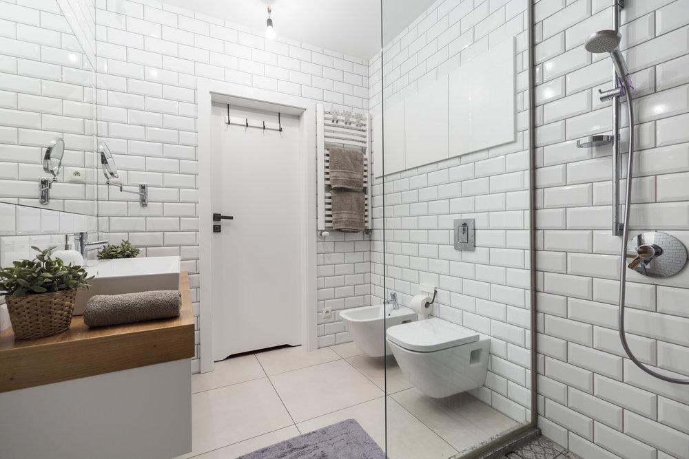 white-tiles-in-modern-bathroom-PHL2VXG.jpg