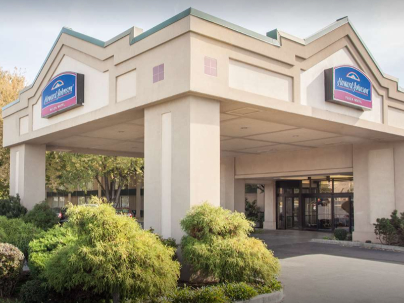 Howard Johnson - Just steps from the Yakima Convention Center, experience a full service restaurant, gym & fitness center, pool side lounge, and free high speed internet.