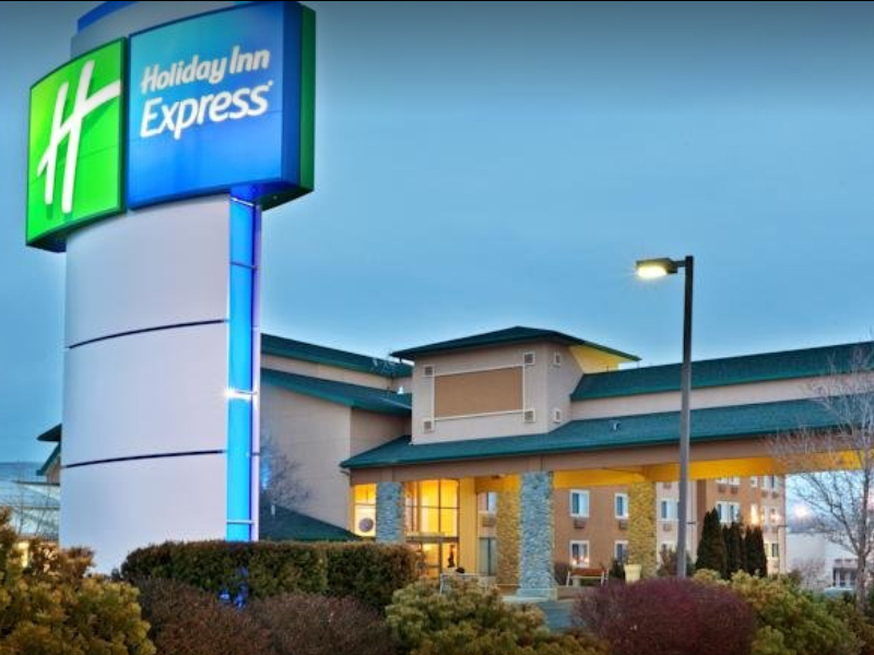 Holiday Inn Express - Just one block from the Yakima Convention Center, enjoy an indoor/outdoor pool open 24 hours, as well as complimentary breakfast.