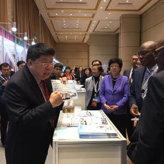 Ms. Li Bin, Director of the National Planning Commission, accompanied the Ministry of Health officials of the African countries to visit the Time Medical booth.