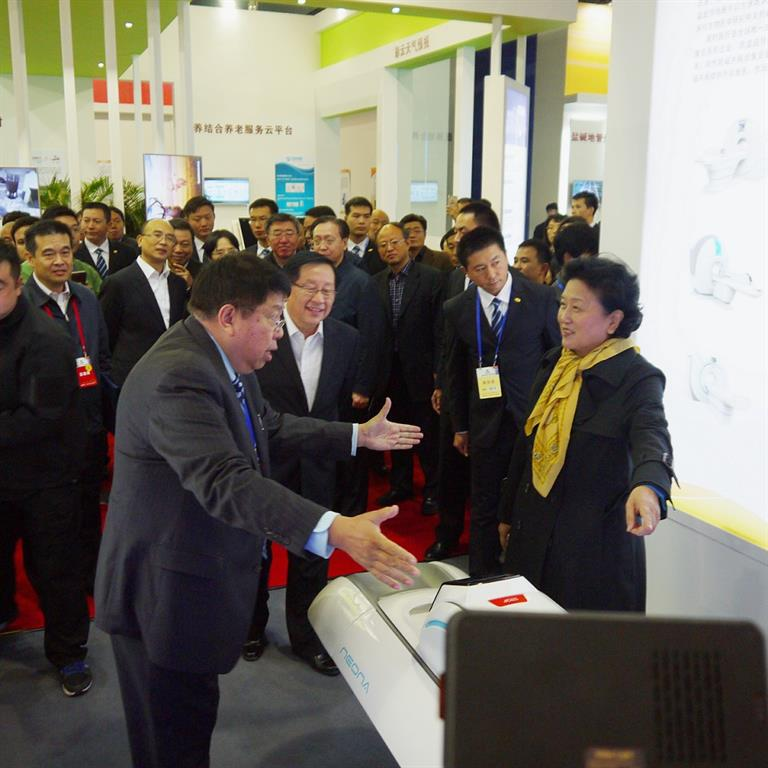 Chairman of Time Medical Systems, Professor Qiyuan Ma shows TM 's innovative products to Vice Premier Liu Yandong
