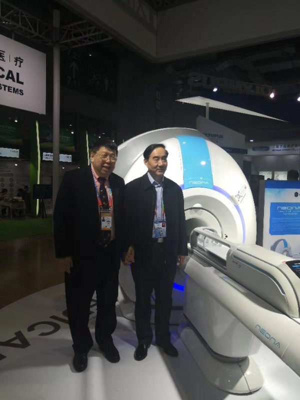 Professor Ma Qiyuan and the leader of the Chinese PLA General Hospital (301 Hospital) took a photo in front of the NEONA.