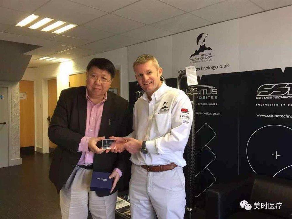 Professor Ma gave a 'PICA' model as a souvenir to CEO of Polar, Scott.