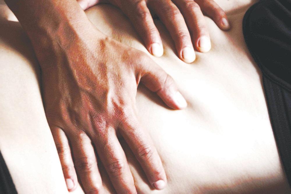 «Mit ihren Zauberhänden korrigiert Karen Fehlhaltungen, räumt Schmerzen nach und nach weg und gibt den Faszien ihre Geschmeidigkeit zurück» - — Maja Lüdi, Patientin