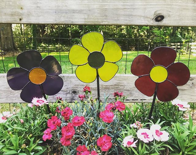 Flowers for my mama! Happy Mother's Day to all the moms out there! . . #mothersday #ilovemymom #art #stainedglass #glassart #handmade #makersnation #waketomake #iloveglass #notjustapieceofglass #gardenart #flowers #yardart #etsyseller #atlantalocalart #entrepreneur #daylightglassworks