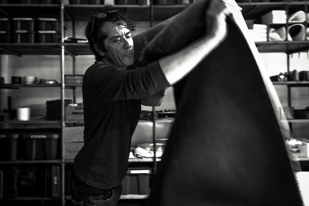 In cosa crediamo - Cingomma nasce quasi 10 anni fa dalle mani (letteralmente) di Maurizio. Quella di Maurizio è la storia di un artigiano che ci mette la faccia, il cuore e le mani e che ha preferito essere industrioso e non industriale, riprendendo tradizioni antiche di generazioni per creare Cingomma