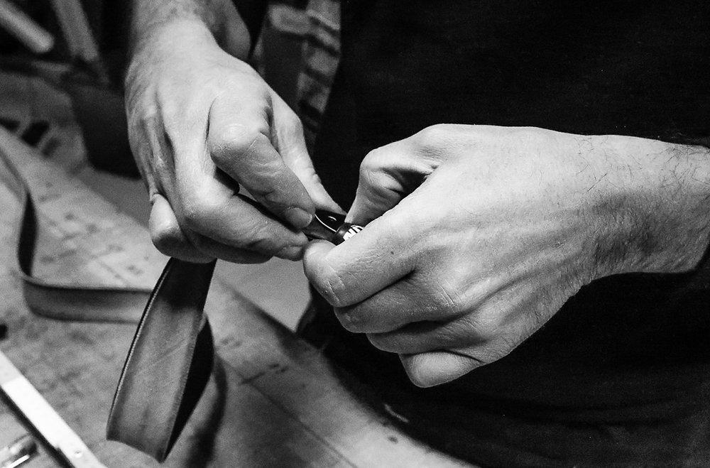 Cingomma nasce quasi 10 anni fa dalle mani (letteralmente) di Maurizio. - Con la consapevolezza di come funziona il mondo degli affari in una città operaia come Torino decide di preferire un prodotto la cui creazione è industriosa e non industriale e per fare questo ci mette il cuore, la faccia e le mani.La sfida era quella di mettere insieme passioni, competenze e talenti per creare un prodotto che raccogliesse i valori e l'etica di un gruppo di amici che ha scelto di migliorare il mondo dove vive: un giorno arriva l'idea!Ogni anno, solo in Italia, si producono 380.000 tonnellate di pneumatici da smaltire. Cingomma sceglie di non volere vivere in un mondo ricoperto da una discarica nera e recupera questo materiale, lo sottopone a trattamenti avanzati di pulizia e lo trasforma nell'accessorio d'abbigliamento che hai sempre cercato: straordinariamente bello, super-resistente, italiano... unico!