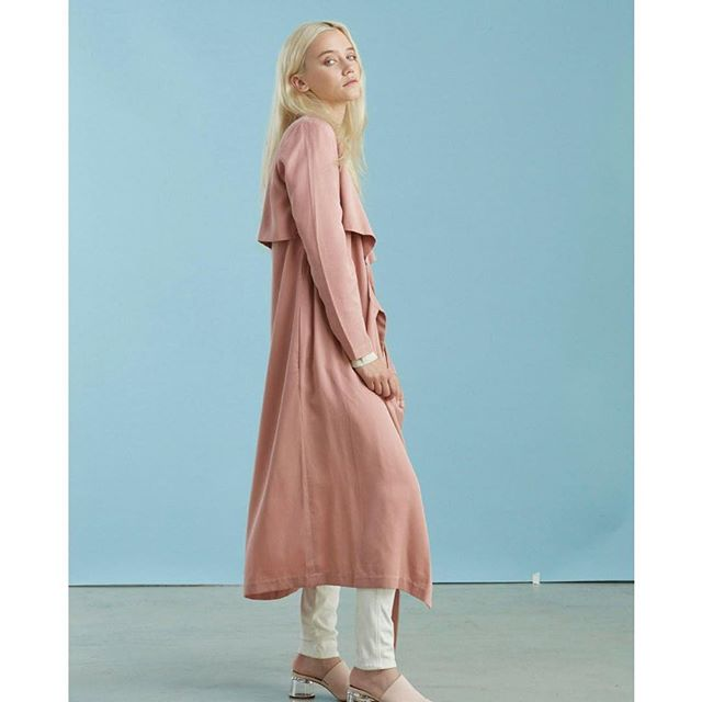 Summer rains. Summer palette.  Loving this dress/trench from @siizu_official 👉 a conscious brand doing 3 things we're obsessed with 1) affordable ecofashion. 2) Ethically made. 3) Natural fibers.