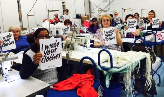 "Mujeres mostrando el cartel de la iniciativa ""I made your clothes"""