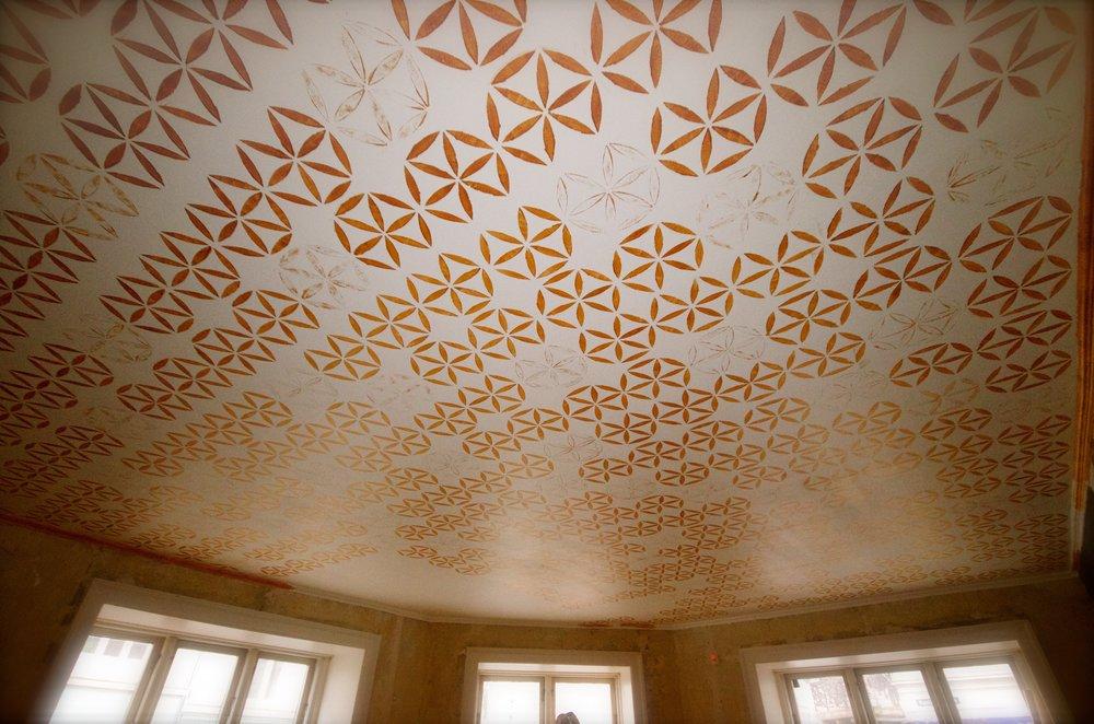 Loft dekoration  Loftet har jeg håndlavet med over 400 stencils.