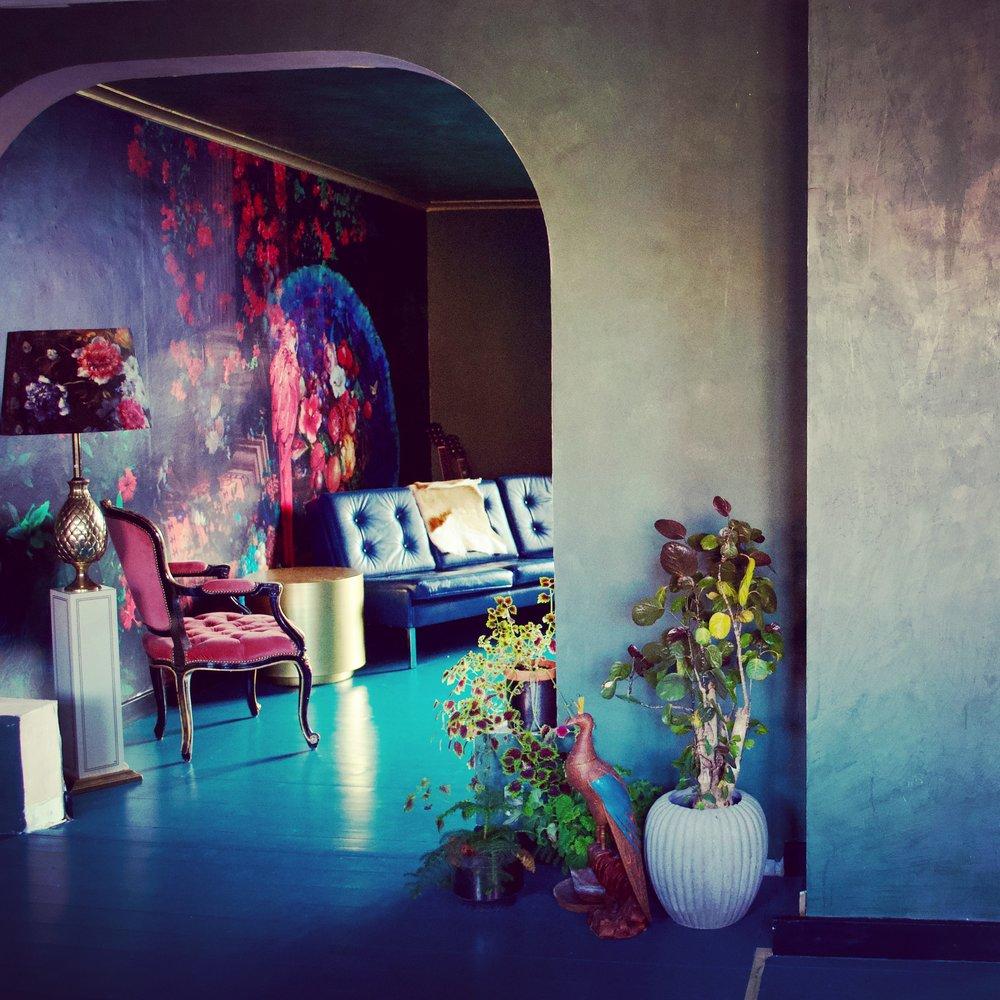 Udsigt fra køkkenalrum til stue. Væggene er tapetseret og spartlet med  KABE spartel . Møblerne er fra  Lauritz  og  DBA.  Loftet er malet med lasurmaling fra  Decorfarver  - det er vandbaseret, lugtfrit og miljøvenligt - og sjovt at arbejde med .