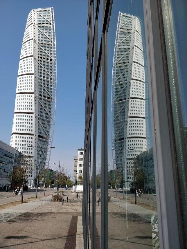 Foto på Turning Torso taget mitt på dagen, Jag försökte fånga byggnadens reflektion.