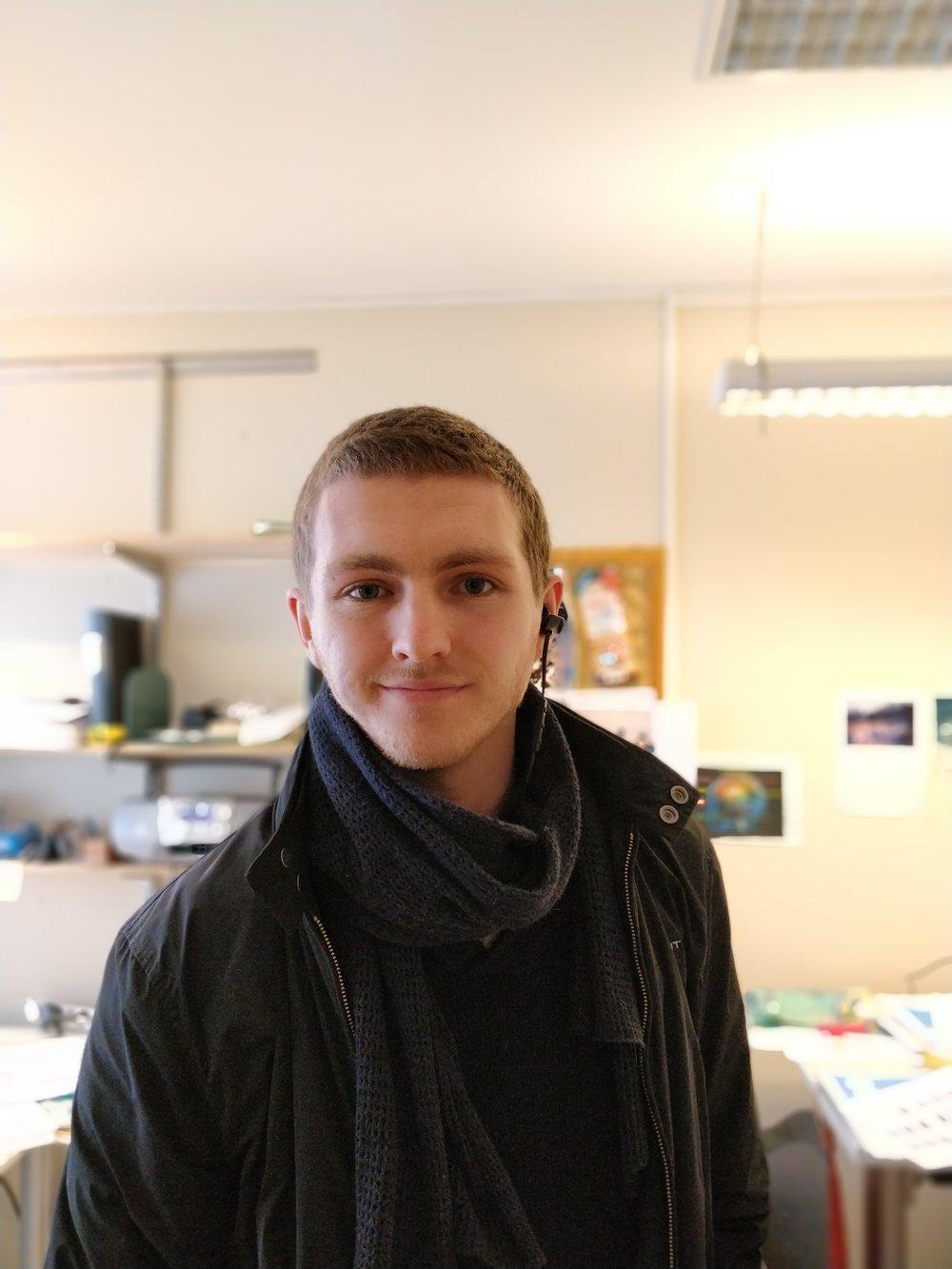 Vem är Jag? - Mitt namn är Andreas Bakken. Jag är norsk/svensk och skriver från Malmö. Jag antar att man kan beskriva mig som en överentusiastisk tekniknörd fokuserad på telefoner men även andra typer av