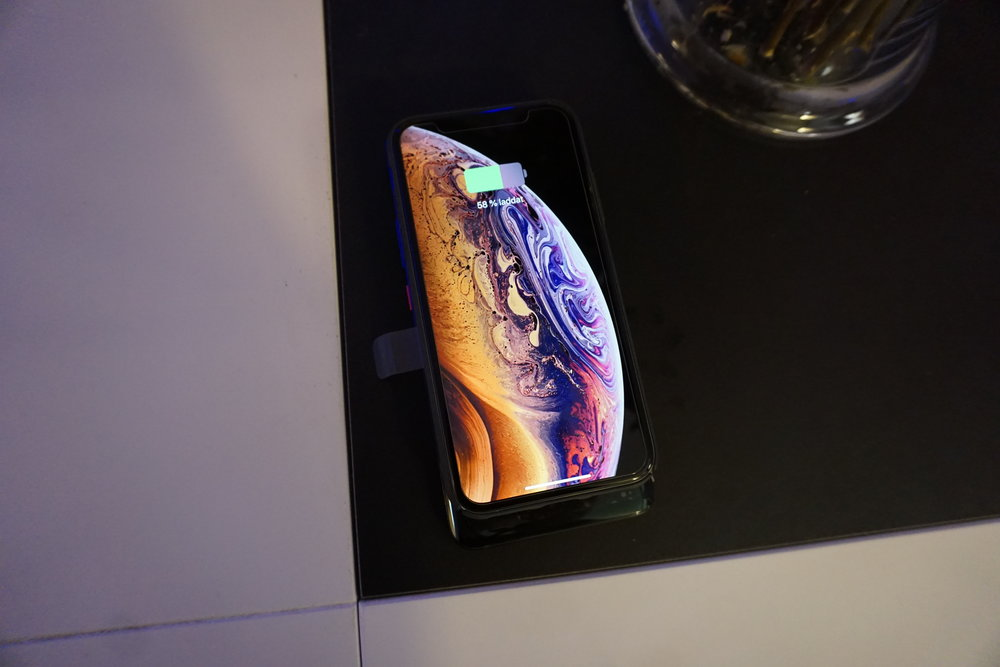iPhone XS som laddas på min Mate 20 Pro