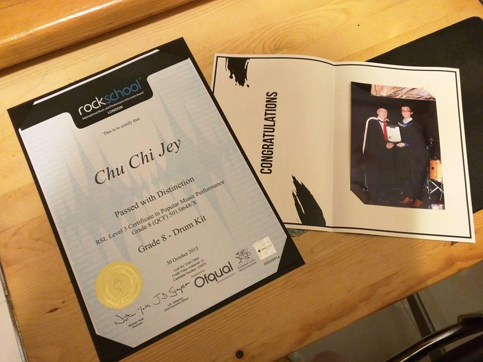 証書 - 受 Rockschool 頒獲 八級榮譽証書 並與 Rockschool 總部 CEO Mr. John Simson合照