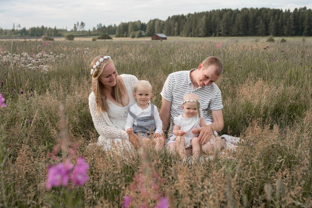 salla s photography perhekuvaus ilta-aurinko hämeenlinna valokuvaus lapsikuvaus miljöökuvaus potrettikuvaus