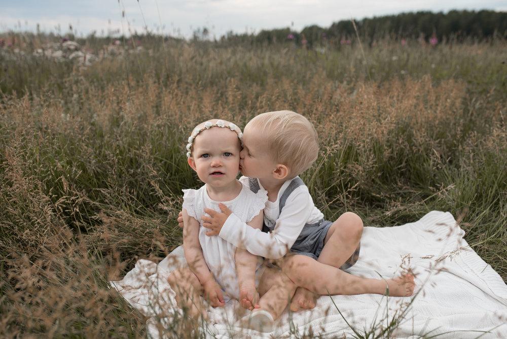 salla s photography lapsikuvaus miljöökuvaus sisaruskuvaus vauvakuvaus hämeenlinna hattula valokuvaus valokuvaaja perhekuvaaja lapsikuvaaja
