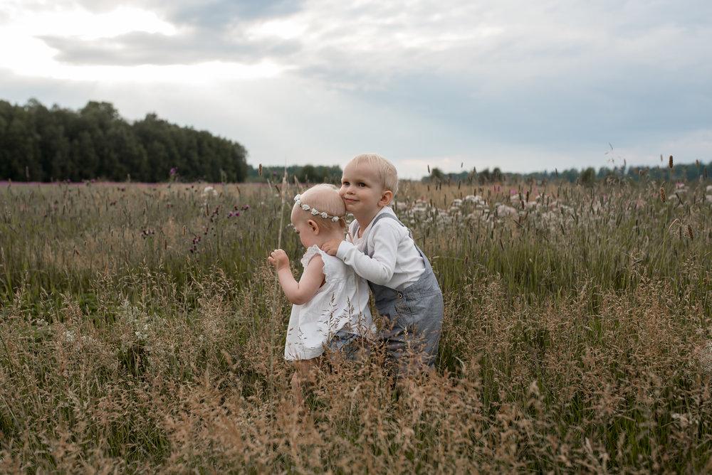 salla s photography lapsikuvaus sisaruskuvaus perhekuvaus hämeenlinna