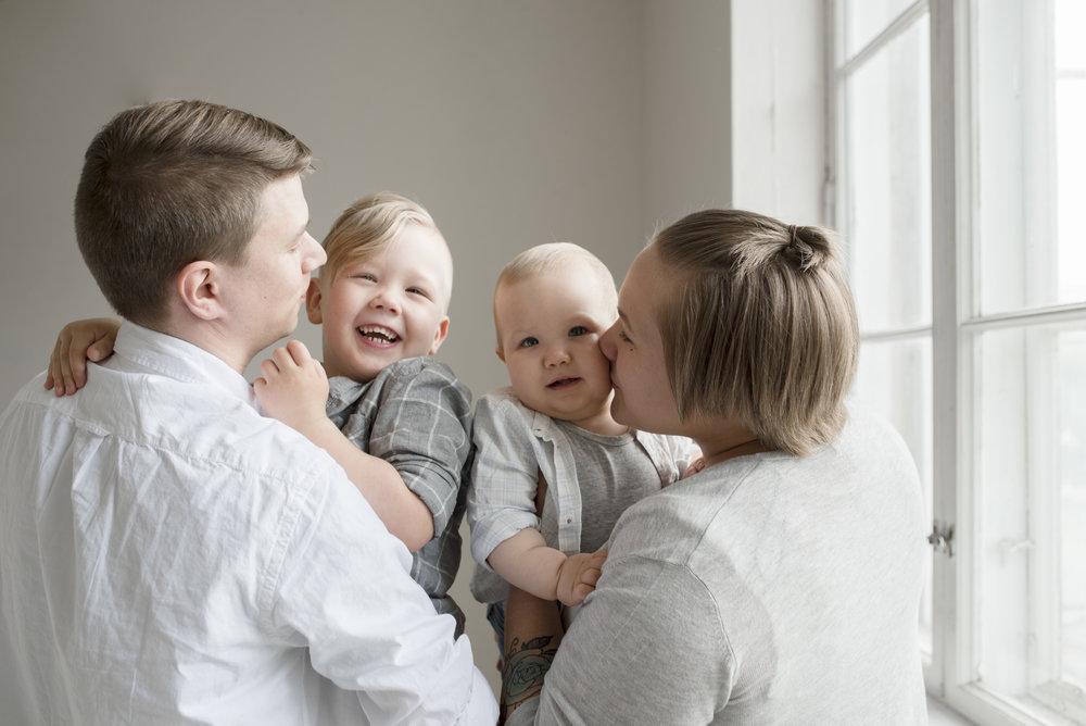 lapsikuvaus hämeenlinna salla s photography valokuvaaja perhekuvaus perhekuvaaja hattula valokuvaus