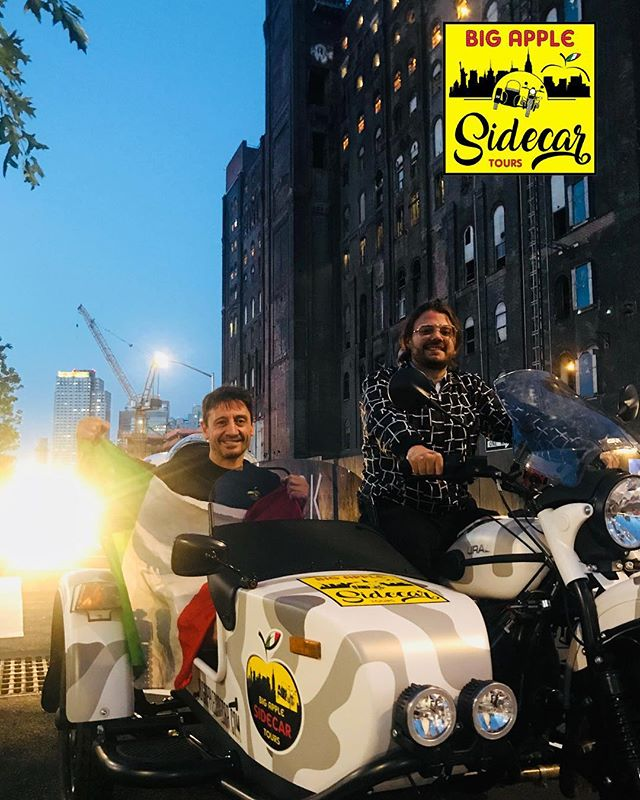 """In compagnia di @pieroarmenti del """"IL MIO VIAGGIO A NEWYORK"""" @fansdiandreagalbiati #ural #bigapplesidecartours #brooklyn #dominopark #ilmioviaggioanewyork #newyorkcity"""