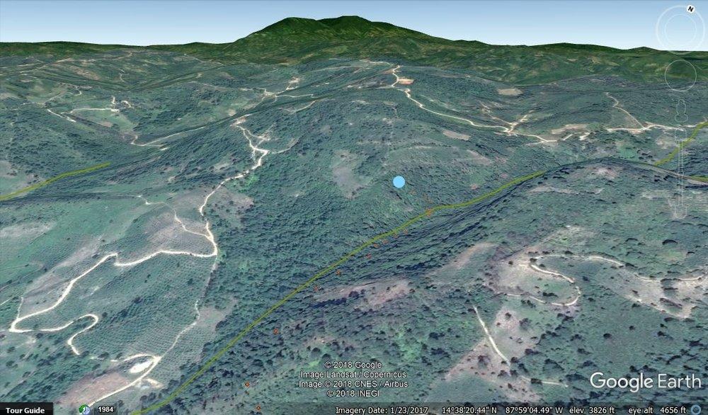 El punto azul representa dondé se tendrá la toma de agua. Arriba de la presa hay una presencia de café
