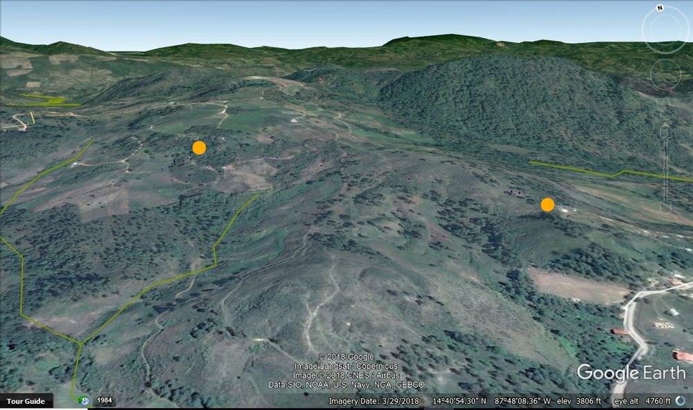 Los puntos son de la cuenca de agua, arriba y el tanque de la comunidad abajo. Puedo ver la casa y cultivos que están arriba del fuente