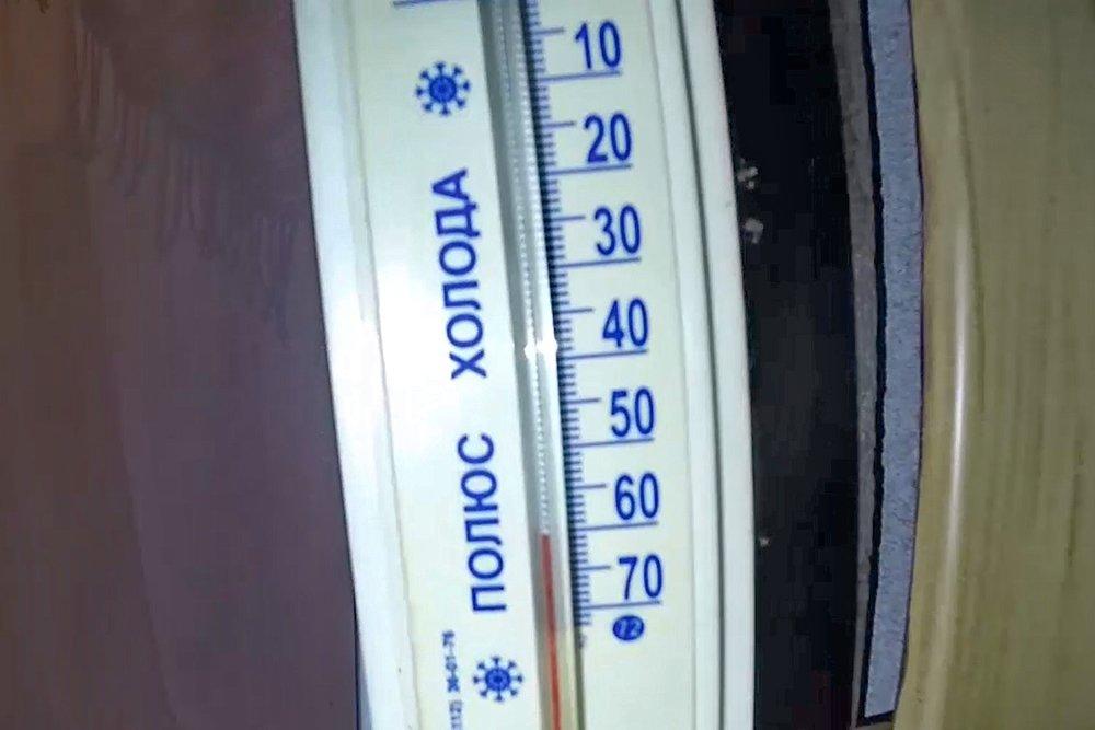 DAG 5 - Koude-experimenten en Sakha cultuur - We verblijven 2 nachten in de Oimjakonvallei in eenvoudige onderkomens. Meestal zal dat zijn in een 2- of 3-persoons kamer met gedeelde douche en toilet. Toerisme is hier nog niet doorgedrongen en hotels zoals wij die kennen bestaan dan ook niet. Ze weten hun huizen altijd wel goed op te stoken, we zitten dus regelmatig in ons t-shirt binnen omdat het anders te warm is.Na het ontbijt gaan we – nog in de schemering – op pad voor een rondritje van een uur of 2. We gaan op speurtocht naar de laagste temperatuur in de vallei. Als het bewolkt is wachten we tot de volgende ochtend. Vervolgens gaan we bij Chyskhaan, de 'hoeder van de Noordpool' langs, we krijgen een certificaat en mogen op de foto met deze man die met zijn lange baard een opvallende verschijning is.Dan gaan we wellicht het spannendste doen van de hele trip: voor diegenen die het willen staat een kort stukje zwemmen op het programma! Nabij het dorp Oimjakon is een deel van een zijriviertje bijna altijd open door thermische invloeden. Uiteraard staat het iedereen vrij om het te proberen, of om alleen foto's en video te maken. Het gaat heel snel, je bent niet langer dan 10 sec in het water en als je er uit komt staan we klaar om je met handdoeken snel droog en warm te krijgen.In de middag doen we de 'Koudepool games'. Dat zijn spellen die je alleen bij extreme temperaturen kunt doen. Denk aan heet water in de lucht gooien en het boven je hoofd zien uitsneeuwen, of 'ijsdarts'. We zien hoe de lokale bevolking onder het ijs vist in de Indigirka rivier.In Tomtor gaan we naar het lokale museum en dalen we af in een ijstunnel. Deze gaat naar een diepte van 10 meter, een plek waar de grond permanent bevroren is, de zogenaamde permafrost. Op deze diepte is het het hele jaar door ongeveer 10 graden onder het vriespunt.(ook als het in de zomer 30 graden is!) De permafrost is hier ongeveer 500 meter dik.Na het eten volgt een avond met Sakha cultuur.OvernachtingEenvoudige acc