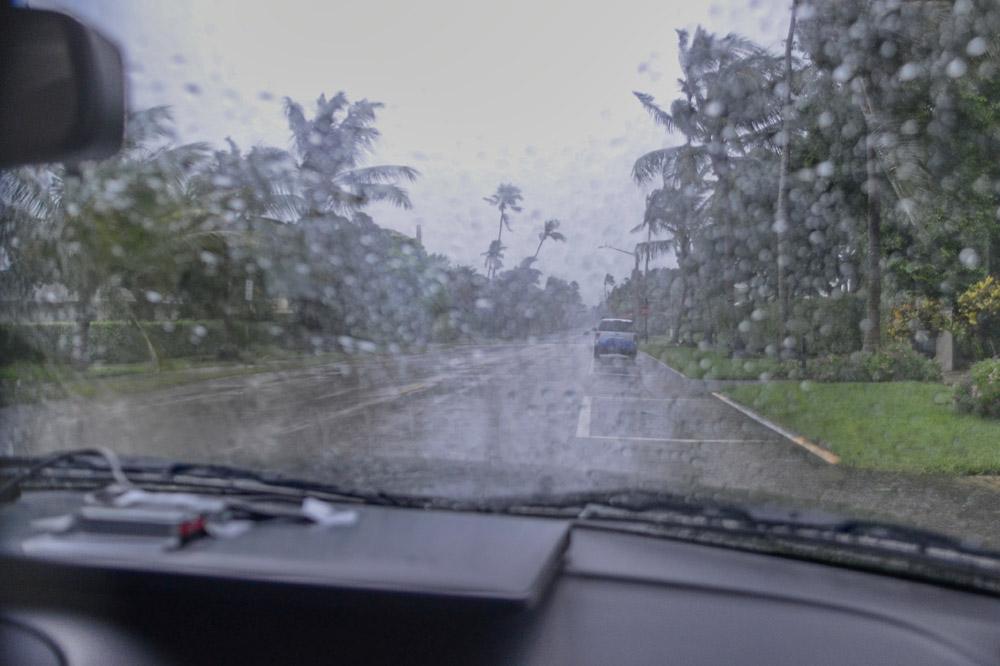 Dag 3 (Amerika) 4 (Azië) - We positioneren ons in de best gelegen stad ergens aan de kust en gaan op verkenning uit. Indien mogelijk bezoeken we verschillende steden en onderzoeken veilige plekken, zoals orkaanbestendige gebouwen. We gaan ook op zoek naar mogelijke plekken voor de auto's, waar we ze tijdens de orkaan droog en uit de wind kunnen parkeren.We bereiden onze foto- en video-apparatuur voor: hoe zorg je ervoor dat het blijft werken bij zware regenval? Hoe bescherm je kwetsbare elektronica? We verpakken al onze koffers en tassen in plasticzakken en controleren onze bouwhelm en snorkelbril.