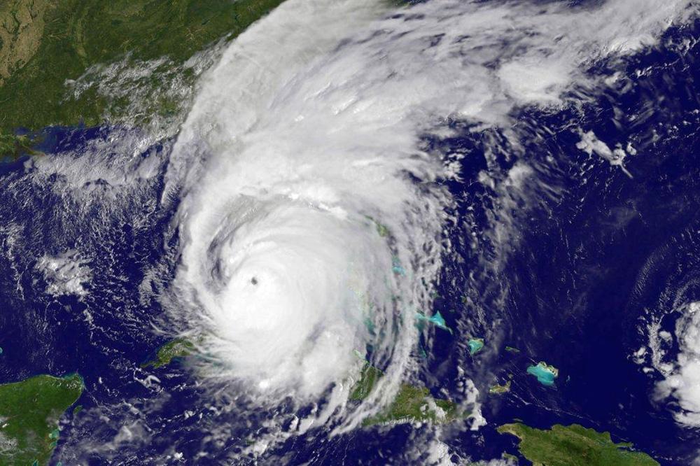 Hoe zeker is het dat ik in het oog van een orkaan kom? - Er zijn vele factoren die maken of we in de orkaan kunnen komen. Ten eerste is er geen 100% zekerheid dat een orkaan aan land gaat in de periode dat we op reis zijn, ondanks dat we op het hoogtepunt van het seizoen gaan en flexibel zijn in de keuze van locatie. Verder spelen er nog meer factoren een rol. Orkanen zijn bijvoorbeeld alleen veilig mee te maken in een stad aan de kust met voldoende orkaanbestendige gebrouwen. Er moeten voldoende goede toevoerwegen zijn. Neemt niet weg dat we ons uiterste best gaan doen om zo dicht mogelijk te komen!