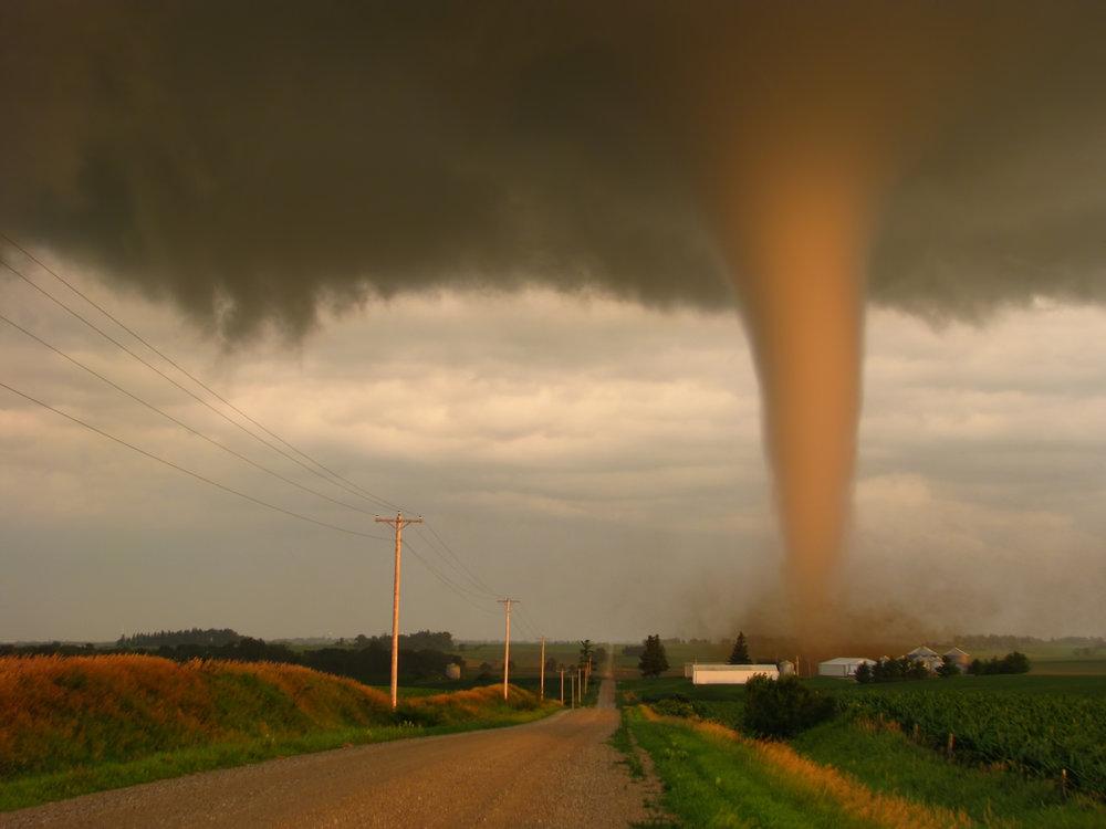Hoe zeker is het dat ik een tornado ga zien? - De natuur is grillig en tot op zekere hoogte onvoorspelbaar. Er is daarom nooit absolute zekerheid dat je een tornado zult zien. De kans op extreem wolkenluchten en supercells, zandstormen, grote hagelstenen en dergelijke is zo goed als 100%.We hebben onze slagingspercentages bijgehouden tijdens onze twintig jaar durende ervaring met tornadojagen (sinds 1996). Het komt neer op deze kansen gedurende een periode van 10 dagen:Tornado: 60%Supercell:> 95%