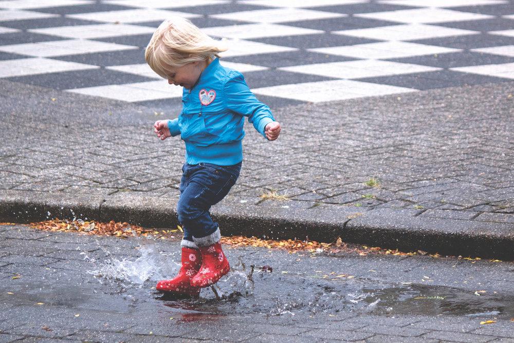 Kleding - We gaan naar warme gebieden met temperaturen overdag rond de 30 graden. Tijdens de avond en nacht wordt het niet veel kouder dan 20 graden. Neem wel een regenjas en -broek mee. Die heb je nodig op de dag van de orkaan. Makkelijk zittende sportschoenen zijn tevens essentieel voor de dag van de orkaan. Je loopt dan ook door overstroomde straten, soms tot kniehoogte.