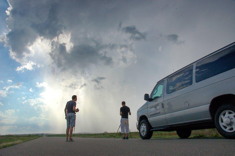 Typische dag - 07 uur: Opstaan, ontbijt08 uur: weerbriefing van de reisleiding en beslissing hoe laat we het hotel verlaten en wat het eerste doelgebied is13-16 uur: aankomst in doelgebied15-17 uur: manoeuvreren in het gebied om op de beste plek te komen.16-18 uur: Start van de jacht op supercells en tornado's17-21 uur: Tornadojacht22 uur: weerbriefing voor morgen. Potentieel nog dezelfde avond 1-2 uur rijden om op een betere positie te komen