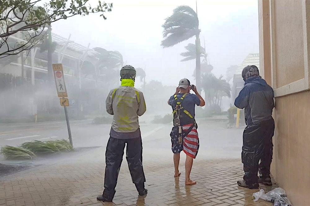 Dag 4 (Amerika) 5 (Azië) - Dag van de orkaan. We nemen nog een laatste besluit over welke stad we uitkiezen. We vertrekken uit ons hotel en parkeren de auto's op de plek die we van te voren hebben uitgekozen.En dan gaat het beginnen! We laten de orkaan over ons heen komen, we gaan niet meer rijden, maar wachten geduldig tot het zover is. Er zijn een aantal fases in een orkaan te onderscheiden als deze overtrekt:Fase 1: Orkaan nadert: de wind neemt geleidelijk toe en het gaat steeds harder regenen