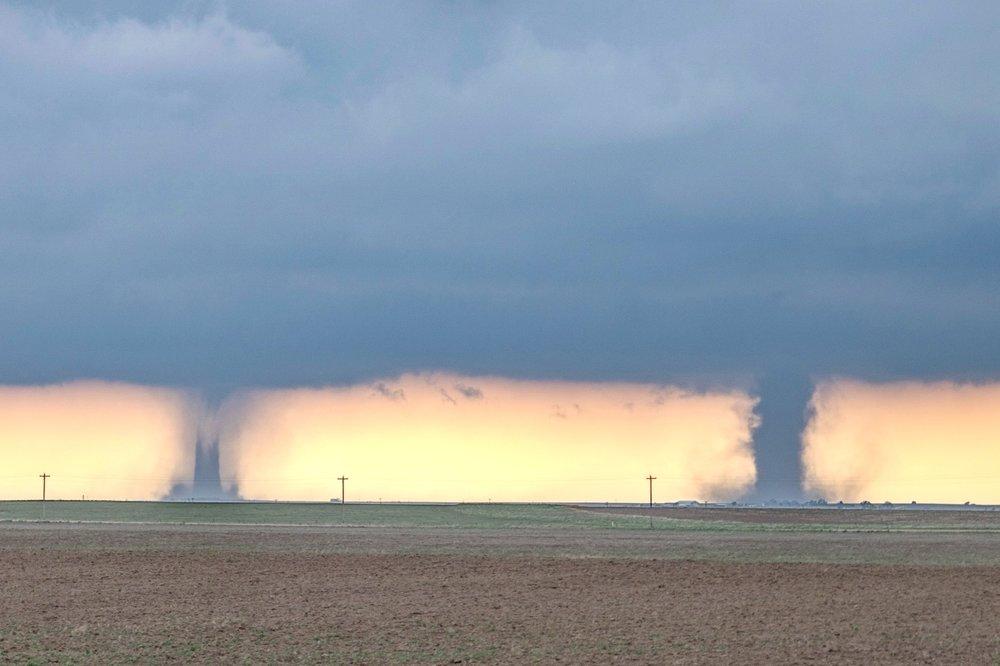 Twee tornado's tegelijkertijd - Is dit mogelijk? Ja dat is zo. Op 29 mei 2018 onderschepten we deze twee in het oosten van Colorado. De rechter is de tornado die voortkomt uit de supercell. De linker bevindt zich op de RFD en kan cyclonisch of anti-cyconisch zijn en is in de regel zwakker. In al onze jaren hebben we dit meerdere keren gezien.